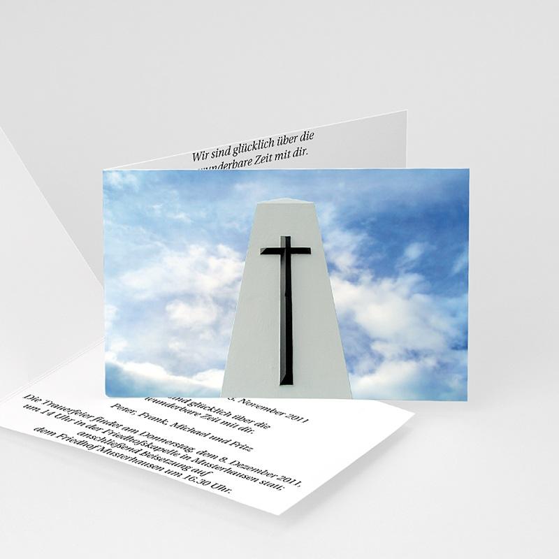 Trauer Danksagung christlich Schwarzes Kreuz vor blauem Himmel
